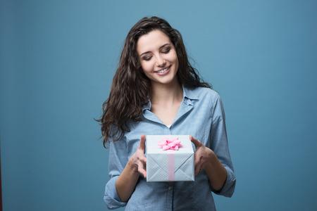 かわいい女の子のピンクのリボンと美しいギフト ボックスを与える