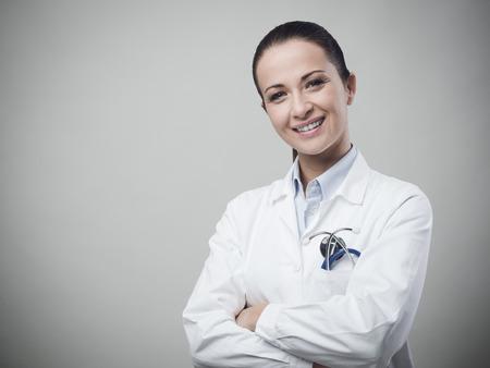 친절한 여성 의사가 미소하고 카메라를 찾고