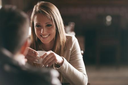 Giovane coppia al bar un caffè e flirtare Archivio Fotografico - 36918319