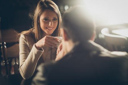 dattes: Jeune couple au bar en prenant un caf� et flirter