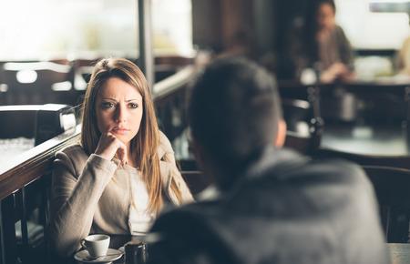 dos personas hablando: Amigos en el bar, que est� dando su mala noticia Foto de archivo