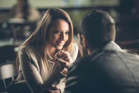 ロマンチックなカップルのデートや、バーでいちゃつくの目を見つめて