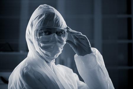 infective: Investigador vistiendo traje de protecci�n y gafas de seguridad de materiales peligrosos.