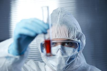 infective: Cient�fico vistiendo traje de protecci�n y examinar un tubo de ensayo.