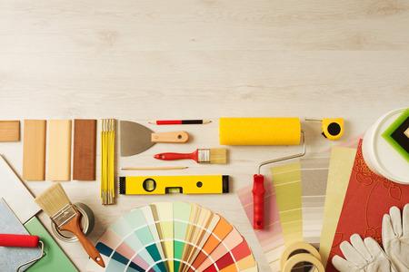 pintor: Decoraci�n y bricolaje herramientas de hobby y muestras de color con copia espacio en la parte superior, vista desde arriba