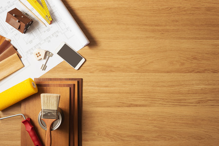 arquitecto: Hágalo usted mismo hogar remodelación y renovación concepto, vista superior mesa de trabajo con copyspace y herramientas de la vista superior