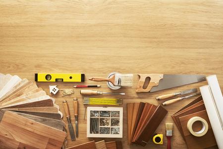 menuisier: Atelier de bricolage de vue de dessus avec des outils de menuiserie et de construction, copie espace en haut