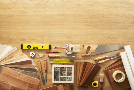 herramientas de carpinteria: Banco de trabajo bricolaje vista superior con herramientas de carpintería y construcción, copia espacio en la parte superior
