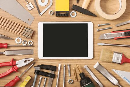 herramientas de trabajo: Banner de pantalla táctil digital con bricolaje y herramientas de trabajo de todo en una mesa de madera, vista superior
