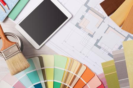pintor: Mesa de trabajo de bricolaje y decoración con muestras de color, pincel, tableta digital y proyecto de la casa, vista desde arriba