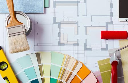 color paint: Pittore e decoratore tavolo di lavoro con il progetto casa, campioni di colore, rullo di pittura, pennello e gli strumenti, vista dall'alto