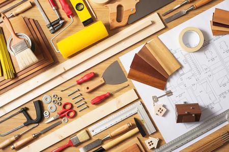 Doe het zelf thuis verbetering en renovatie concept, werktafel bovenaanzicht met gereedschap en ontwerp van het project, bovenaanzicht
