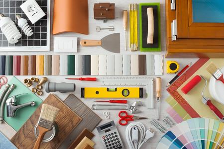 construction tools: Hágalo usted mismo, rehabilitación de viviendas y el concepto de la construcción con herramientas de bricolaje, ferretería y muestras en mesa de madera, vista desde arriba