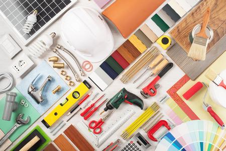 Doe het zelf, thuis renovatie en de bouw concept met DIY gereedschappen, hardware en stalen op houten tafel, bovenaanzicht Stockfoto