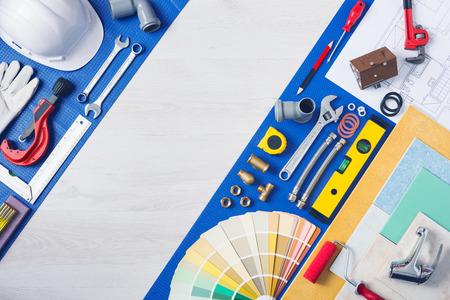 fontanero: Mejoras para el hogar y el concepto de reparación, herramientas de trabajo de fontanería, grifo, tejas y muestras de color vista superior