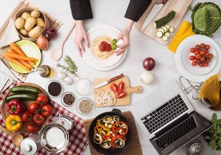 プロのシェフの手の野菜、食材、調理器具、トップ ビューで木製のワークトップにパスタ料理