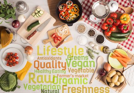 クリエイティブなベジタリアン料理食材、新鮮な野菜、台所用品、テキストの概念 写真素材