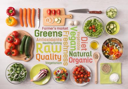 alimentacion: Fresco preparación verduras Ensalada sana con los utensilios de cocina en una mesa y conceptos de texto nutrición