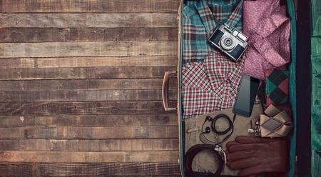 Hipster Reisenden vintage bereit Koffer mit Kamera und Kleidung, leere Kopie, Raum, Ansicht von oben