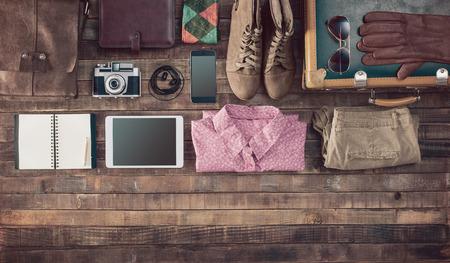 Hipster Vintage-Accessoires und Kleidung auf einem Holztisch vor dem Verpacken, Reisen und Urlaub Konzept, Ansicht von oben