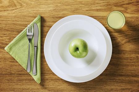 jugo de frutas: Conceptos de dieta saludable y p�rdida de peso, la tabla describen en una mesa de madera con jugo de fruta y una manzana verde en un plato