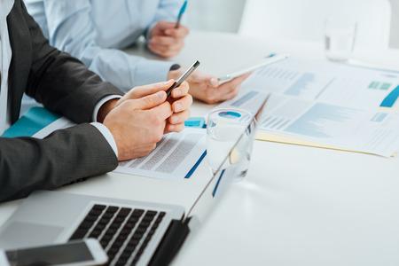 reuniones empresariales: Equipo de negocios que trabajan en escritorio de oficina, la gente irreconocibles, las manos se cierran para arriba