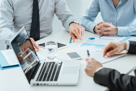 Professionele zakelijke team samen te werken op kantoor bureau bespreken tijdens een vergadering, efficiëntie en teamwork concept