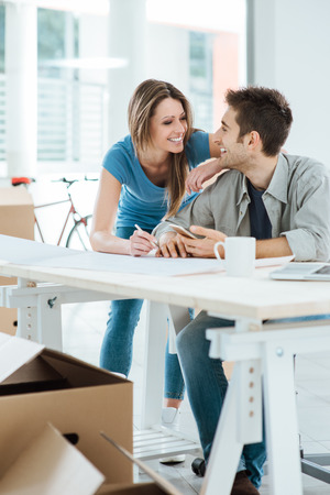 낭만주의 사랑의 부부 계획 및 그들의 새 집 디자인, 그들은 서로의 눈을 바라보고있다