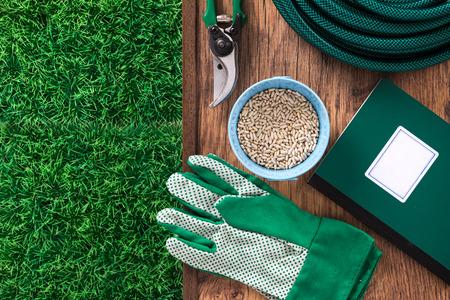 Landbouw en thuis tuingereedschap met groene gras en landbouw handleiding boek gids, bovenaanzicht