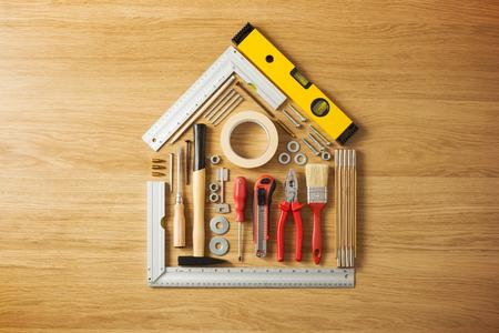 나무 바닥에 DIY 및 건설 도구로 구성된 개념적 집, 상위 뷰