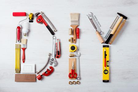 DIY の単語から成る木製表面トップ ビュー、趣味と工芸概念の作業・施工ツール