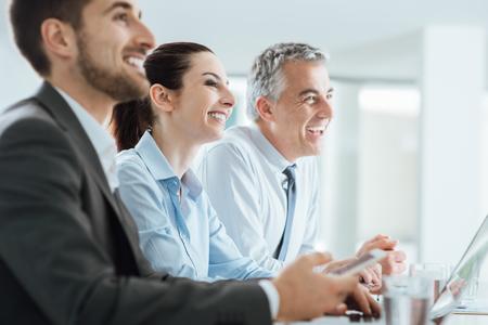 Vertrouwen in mensen business team met een bijeenkomst in het kantoor en glimlachend, kantoor interieur op de achtergrond
