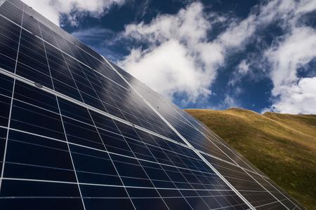 ahorro energetico: Los paneles solares y cielo azul, la producci�n de energ�a el�ctrica y el concepto de conservaci�n del medio ambiente