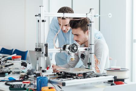 실험실, 엔지니어링 및 프로토 타입 개념의 혁신적인 3D 프린터를 사용하는 젊은 학생 연구원