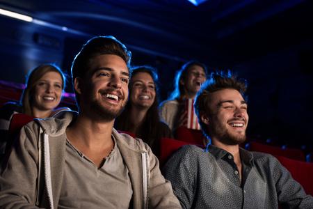 Gelukkige vrienden in de bioscoop naar een film kijken samen, entertainment en ontspanning begrip