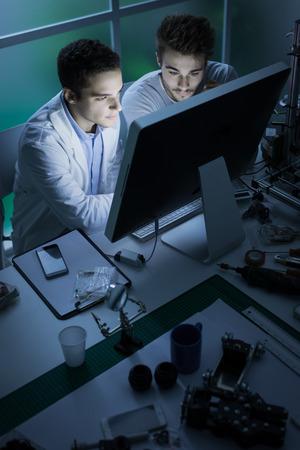 A mérnökhallgatók a laboratóriumban, ők dolgoznak a számítógép, az innováció és a technológia fogalmát