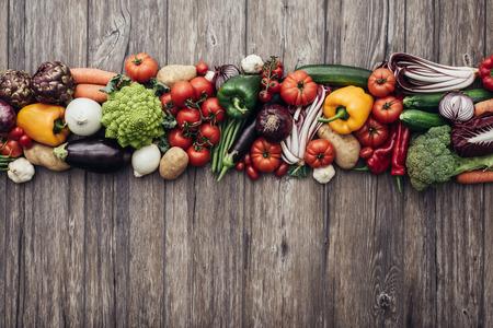 alimentos saludables: Composición de los vehículos fresca de colores sobre una mesa de madera rústica, la cocina y la alimentación saludable concepto, vista desde arriba
