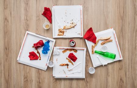 desechos organicos: Después de la basura del partido sobre una mesa: cajas de pizza, latas, botellas y restos de comida Foto de archivo