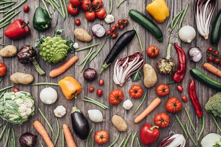 소박한 나무 테이블 배경, 농업 및 건강 식품 개념에 신선한 다채로운 유기농 야채