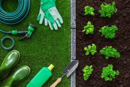 잔디에 정원사 도구, 식물 성장과 비옥 한 토양, 농업 및 원예 개념
