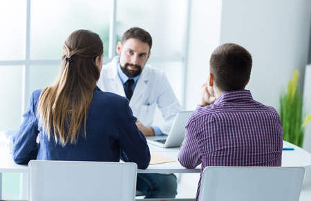 Joven pareja en la consulta del médico durante una visita, el consejo médico y el concepto de la consulta Foto de archivo - 59327321