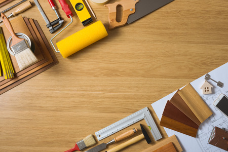 herramientas de trabajo: Hágalo usted mismo en casa remodelación y renovación concepto, mesa de trabajo con herramientas de visión superior, llaves de la casa y las muestras de madera