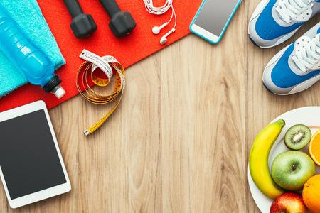 forme et sante: Équipement de sport et de sport, tablette numérique et fruits sur une table en bois, formation et mode de vie sain, pose plate