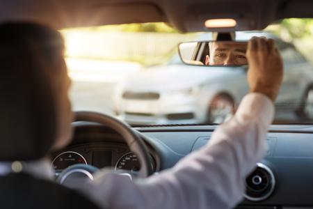 Man zit in een auto en verstelbare achteruitkijkspiegel, auto interieur