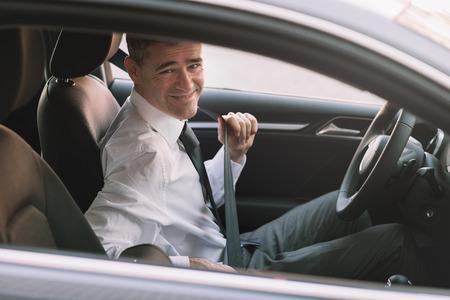 cinturon de seguridad: Hombre de negocios en su coche fijación del cinturón de seguridad, el concepto de conducción segura