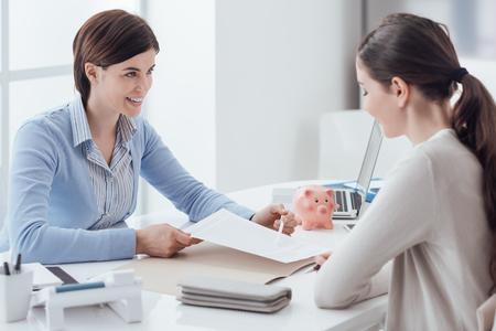Consulente aziendale e riunione del cliente in ufficio, la donna d'affari detiene un contratto e punta Archivio Fotografico