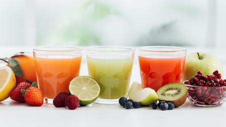 jugo de frutas: Gafas con jugos de colores frescos y fruta orgánica, dieta saludable y concepto de nutrición