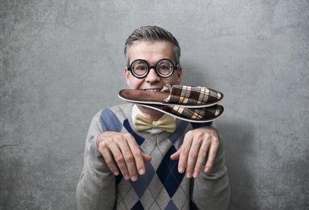 Onderdanige man gedraagt zich als een hond en draagt slippers in zijn mond, gehoorzaamheid en vernedering