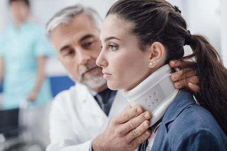 Professionele arts die een jonge gewonde patiënt bezoekt in het ziekenhuis, hij past haar halskraag aan