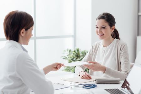 의사의 사무실에서 환자, 그녀는 미소 하 고 처방전, 의료 및 치료 개념을 받고 스톡 콘텐츠